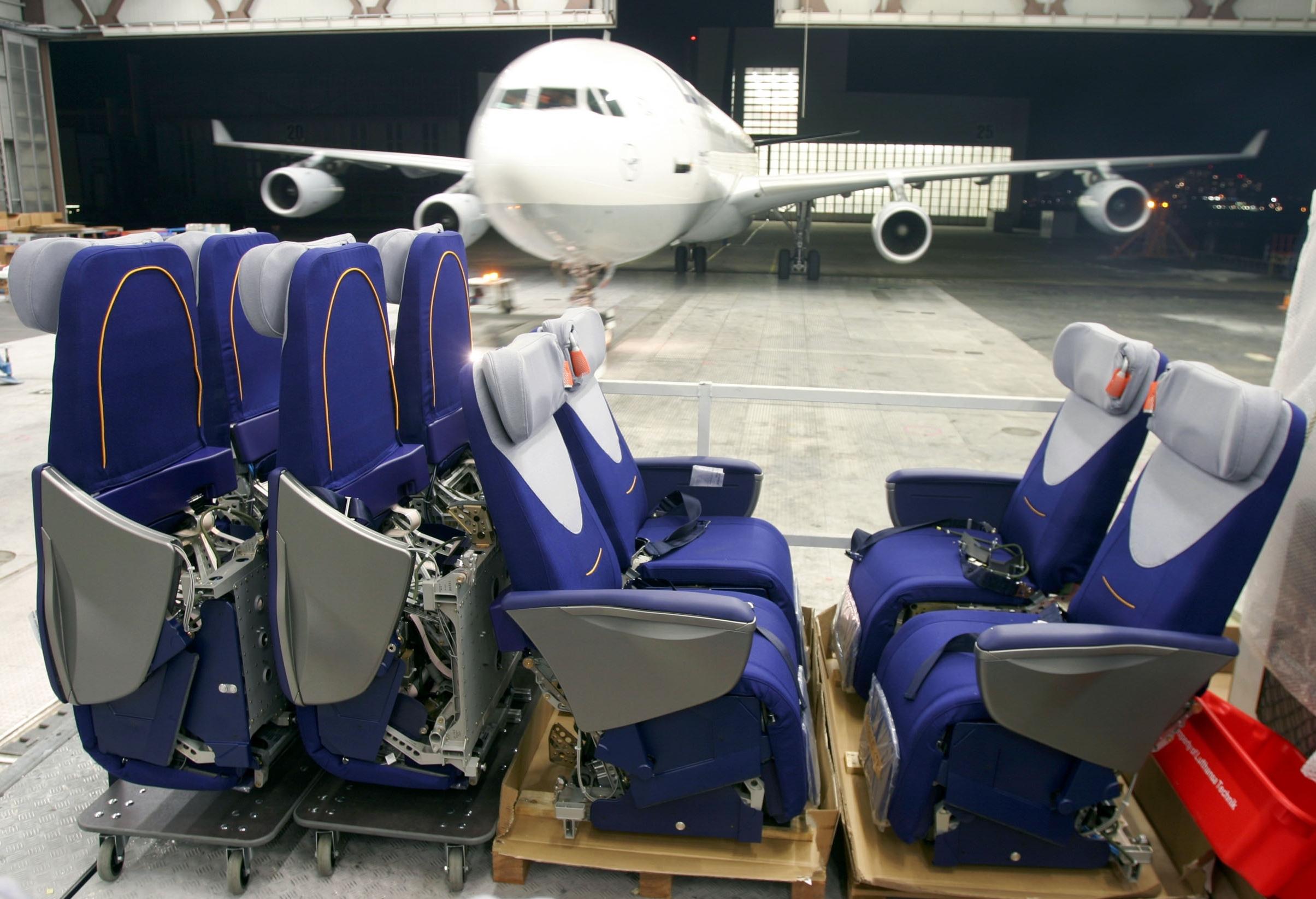 Foto: Lufthansa Technik AG monterer Business Class-sæder i et fly. (Gregor Schlaeger)