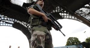Fransk soldat holder vagt ved Eiffeltårnet i Paris.