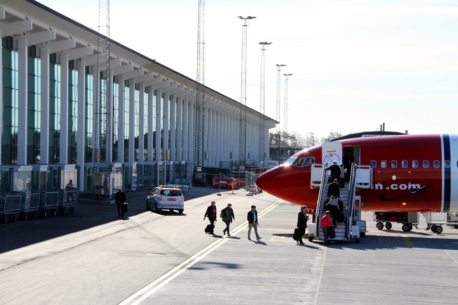 Norwegian-fly foran terminalbygningen i Aalborg Lufthavn (Foto: Aalborg Lufthavn)