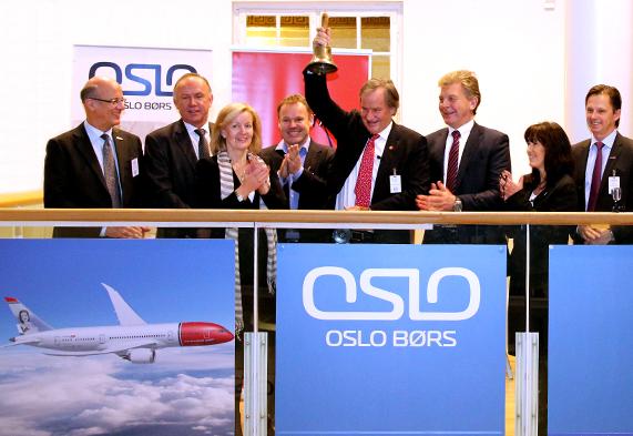 Norwegians koncernchef Bjørn Kjos ringede med klokken på Oslo Børs den 18. december 2013, da man markerede 10 året for noteringen af Norwegian. (Foto: Oslo Børs/PR)