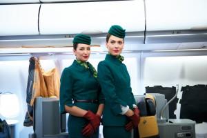 Både Alitalias personale i luften og på jorden har fået nye uniformer.