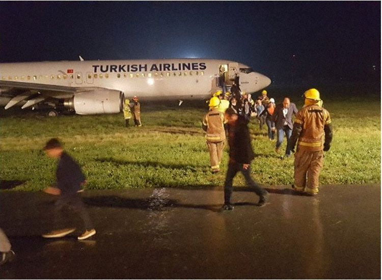 Passagerer evakueres fra Boeing 737-flyet, efter den mislykkede landing i Pristina.