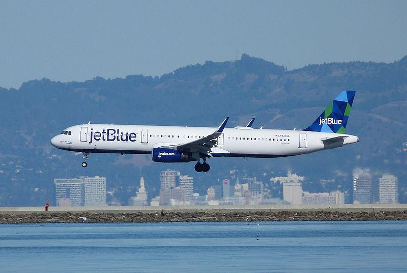 Et Airbus A321-fly fra JetBlue lander i Oakland. Foto: Bill Larkins / Wikimedia Commons.