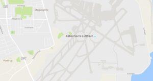 Københavns Lufthavns bane 12/30 ligger fra øverst i midten af billedet skråt ned mod Øresund til højre i billedet. Screendump: Google Maps.