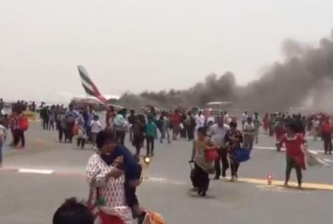 Billeder af evakuerede passagerer med håndbagage vakte furore efter ulykken. Foto: Youtube.