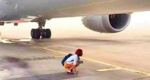En kinesisk kvinde blokerede for et Boeing 777-fly i Beijing Capital Airport.