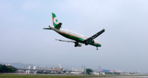 EVA Air - Airbus A31-200 ved landing i Taipei Songshan Airport. (Foto: Commons Wikimedia)