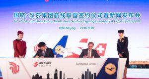 Air Chinas koncernchef Song Zhiyong og koncernchef Carsten Spohr fra Lufthansa underskriver den nye samarbejdsaftale. (Foto: Privat)