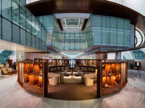 Den nyrenoverede lounge har plads til 1.500 rejsende. Foto: Emirates.