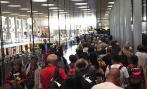 Kø i Københavns Lufthavns Terminal 2 hen mod sikkerhedskontrollen. Foto: Andreas Krog.