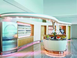 I et nyt sundhedsområde kan man tanke op med frugt og smoothies. Foto: Emirates.