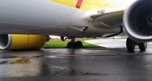 Boeing 737-800 flyet fra TUIfly er kørt fast uden for banen i Sønderborg Lufthavn. (Privatofoto/JV)