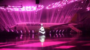 Det første Bombardier CS300 fly under lanceringsshowet i Riga. (Foto: Joakim J. Hvistendahl)