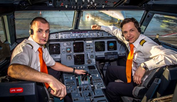 Piloter i cockpittet på A320-fly fra SmartLynx. (Foto: SmartLynx)