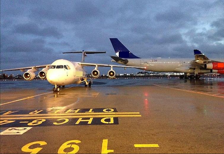 Et SAS-fly påkørte et Avro RJ100-fly fra Braathens Regional i CPH. (Foto: Havarikommissionen)
