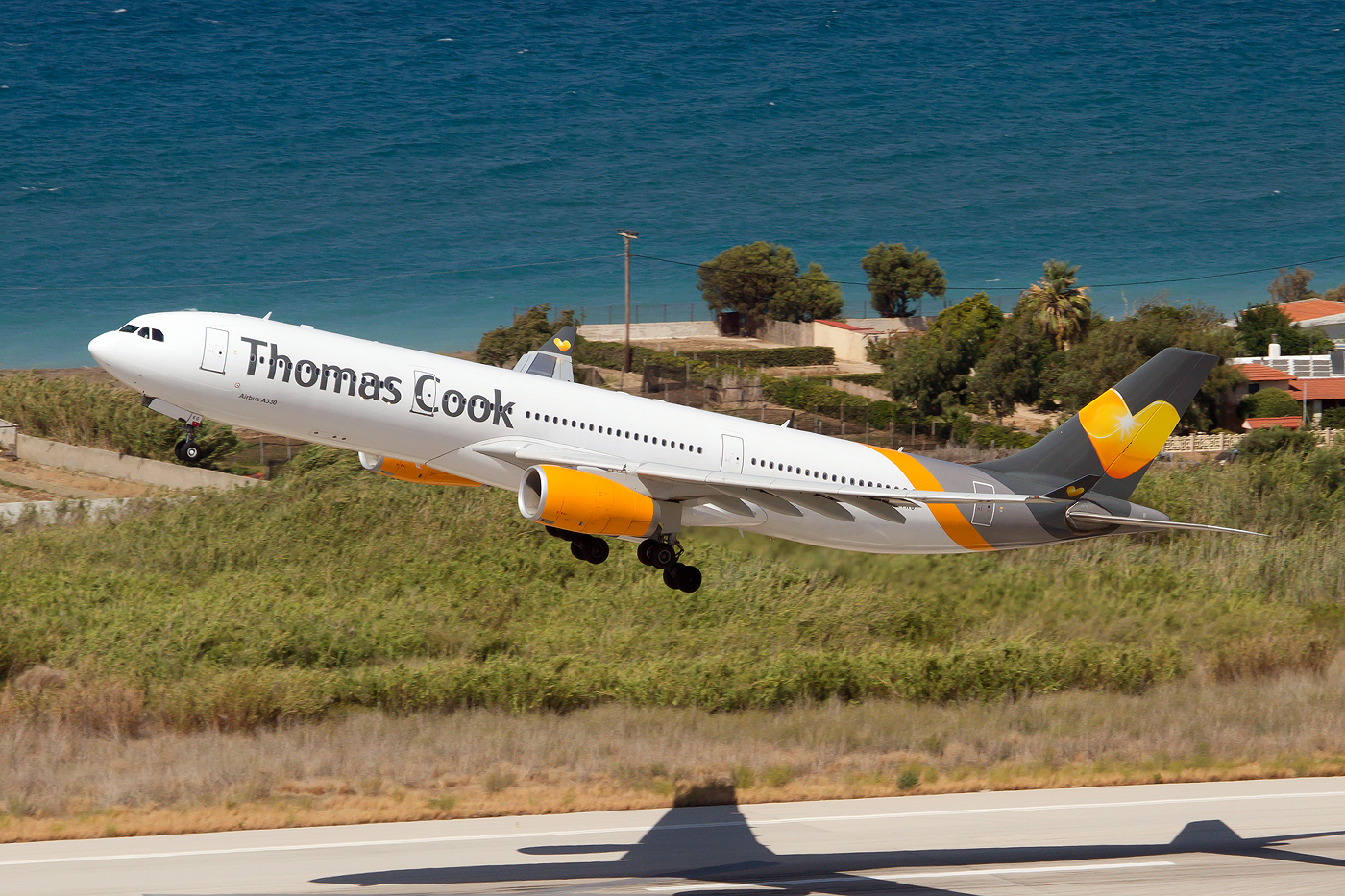 Et af Thomas Cook Airlines Scandinavias Airbus A330-300 fly letter fra Rhodos. Foto: Fabrizio Gandolfo / Wikimedia Commons.
