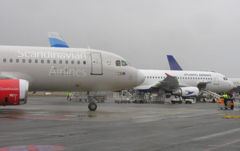 Fly fra SAS og Atlantic Airways side om side i Vagar Lufthavn.