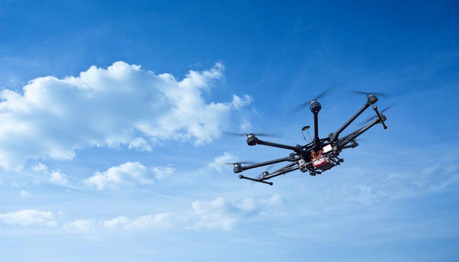 Drone i luften (Foto: seregalsv / 123RF Stock Photo)
