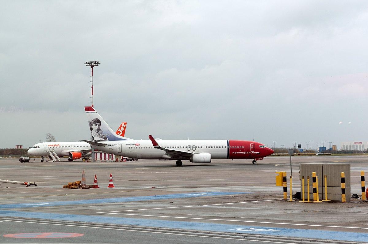 Norwegian og easyJet side om side i Berlin-Schönefeld. (Foto: Ralf Roletschek / Roletschek.at)
