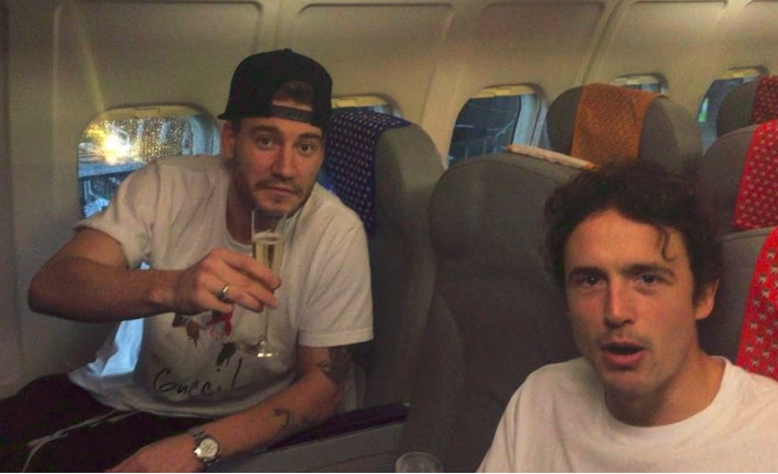 Nicklas Bendtner (t.v.) og Thomas Delaney på DX5662 fra Dublin til København. (Foto: DBU)