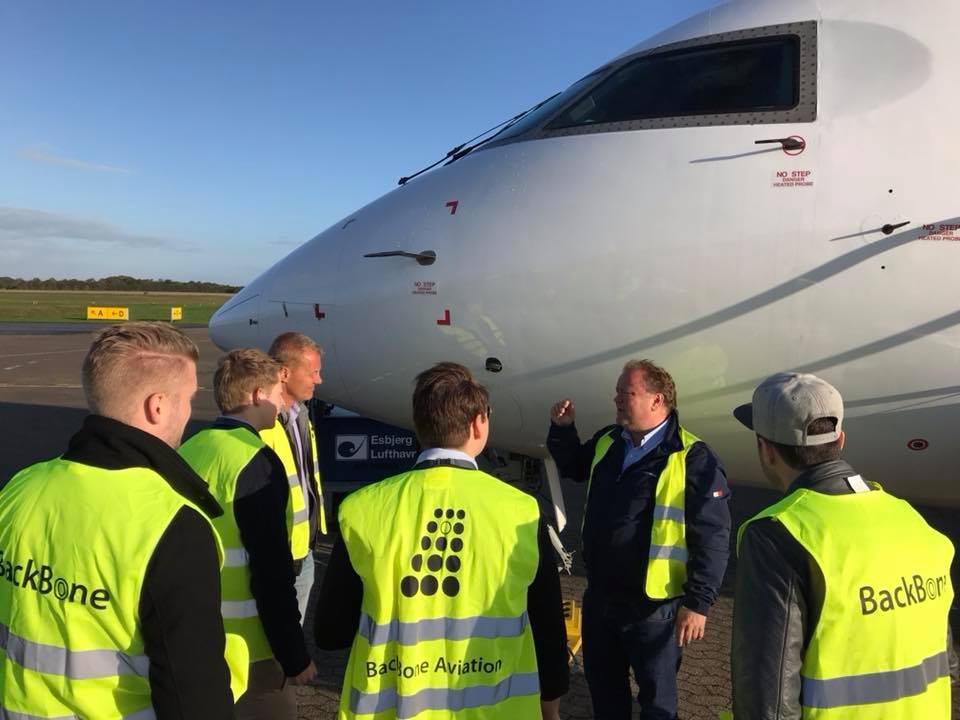 Medarbejdere fra BackBone Aviation foran CRJ200. (Foto: BackBone Aviation)