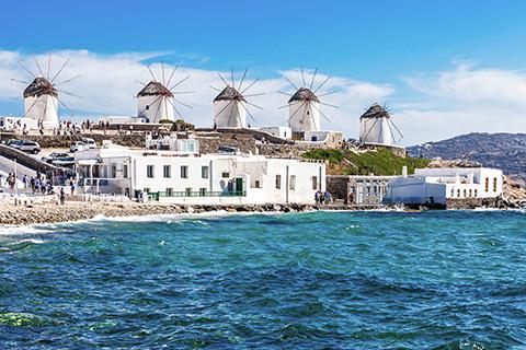 Mykonos er kendt for sine hvide huse og turkisblåt hav. Foto: Mykonos Tourism.