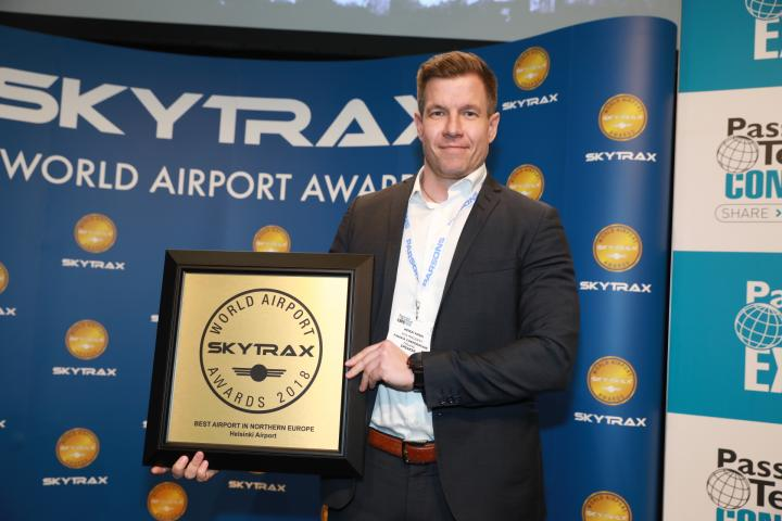 Finavias IT-direktør Heikki Koski med Skytrax 2018-plaketten. (Foto: Finavia)