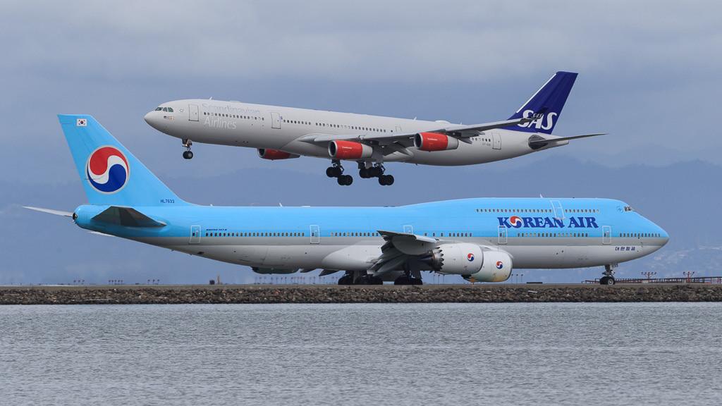 SAS Airbus A340-300 og Korean Air Boeing 747-400. (Foto: Norman A. Graf)