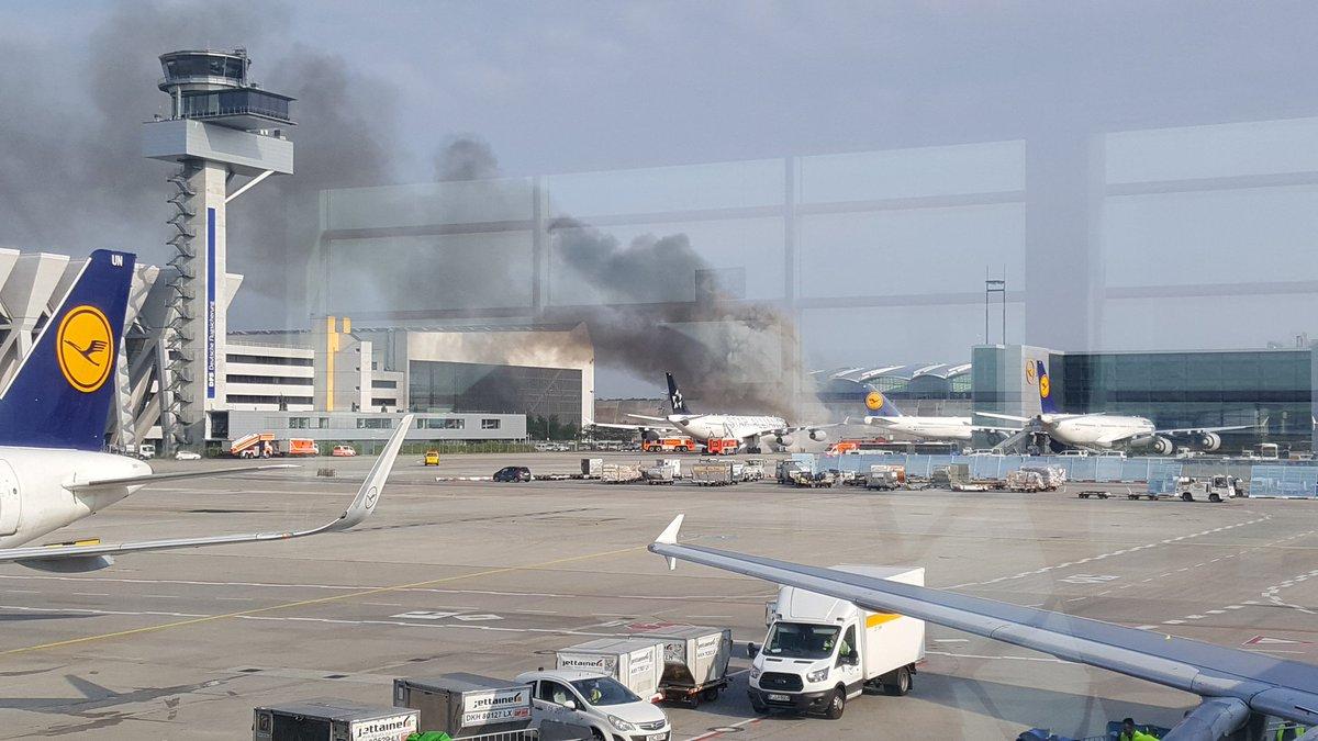 A340-fly fra Lufthansa i brand i Frankfurt Lufthavn. (Foto: Mark Hellemans | Twitter)