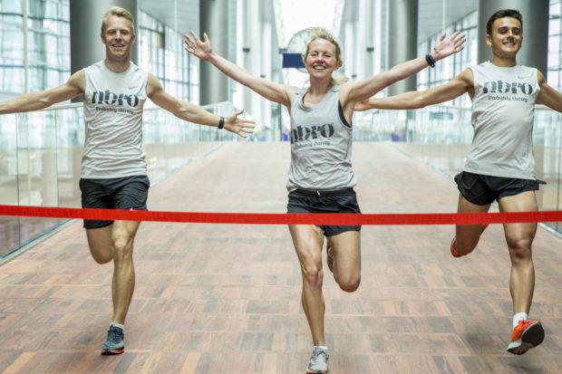 Tre løbere fra NBRO-Running åbnede den nye gangbro i Terminal 3.
