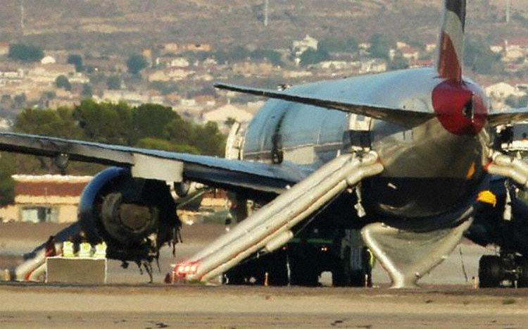 Boeing 777-flyet fra British Airways med den udbrændte venstre motor på startbanen i Las Vegas. Foto: The Aviation Herald