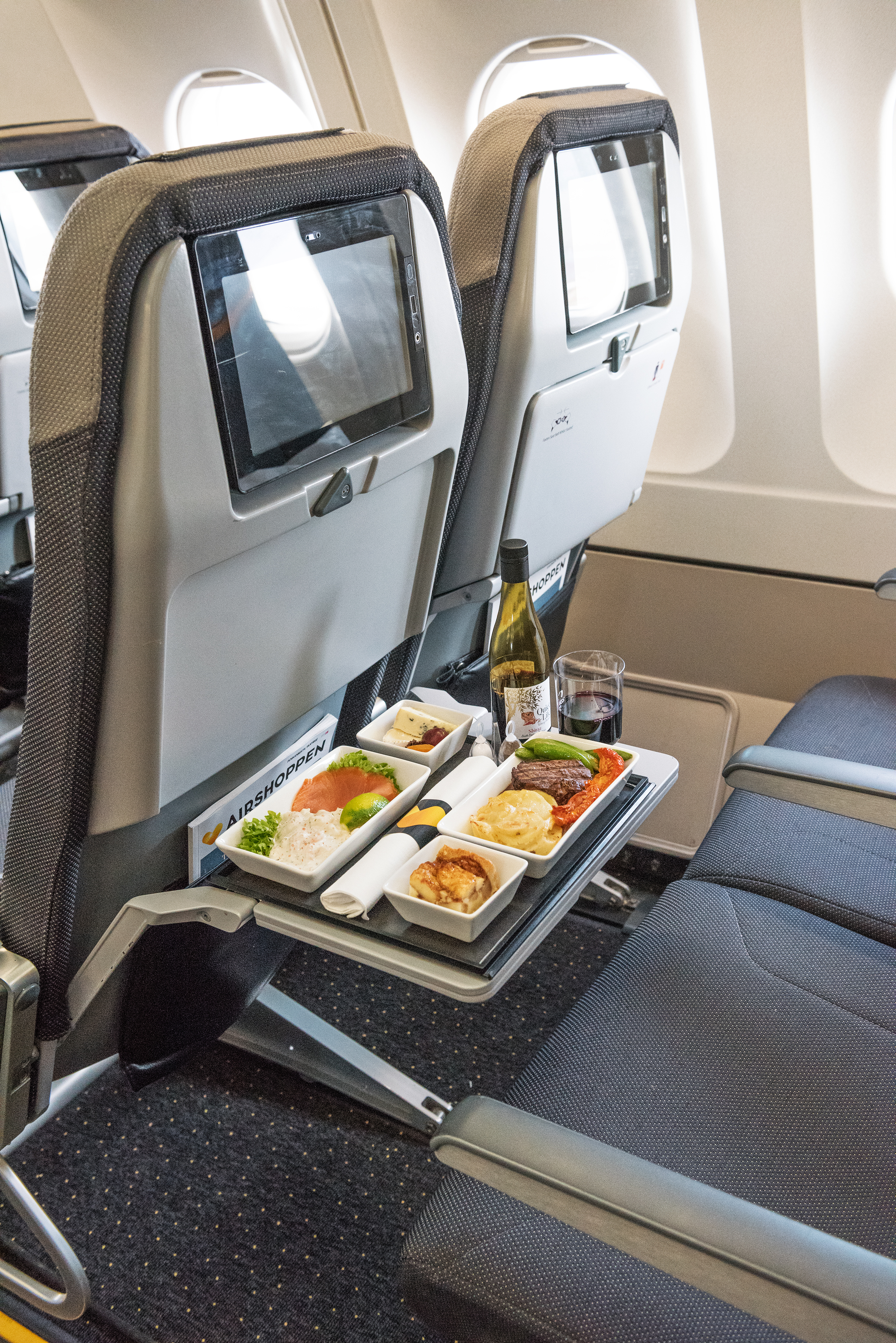 Tre-retters menu og vin på Premium hos Thomas Cook Airlines Scandinavia. Foto: Thomas Cook Airlines Scandinavia
