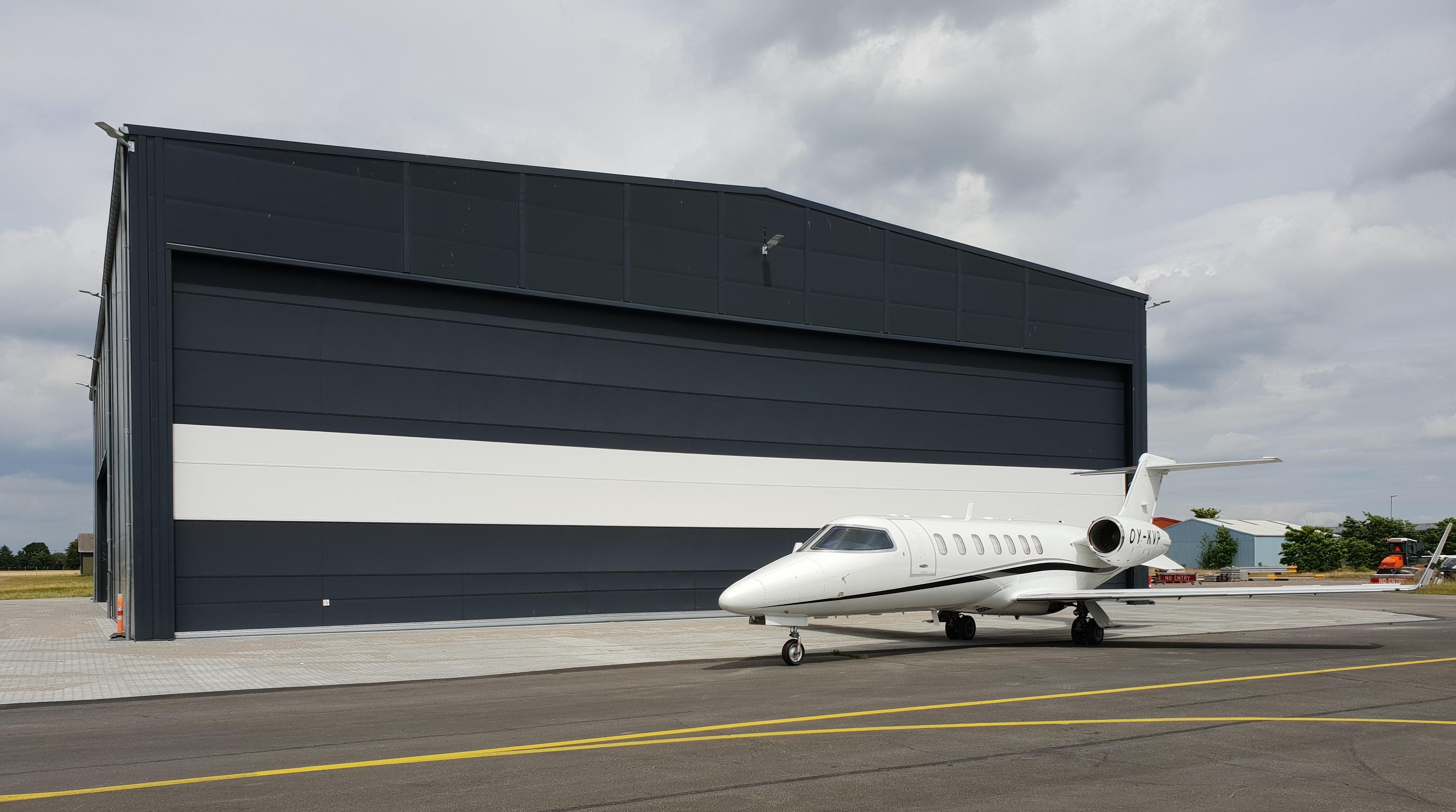 En businessjet af typen LearJet 40 foran den nye hangar i Roskilde Lufthavn. Foto: Mette Bach Dyremose, JetHost