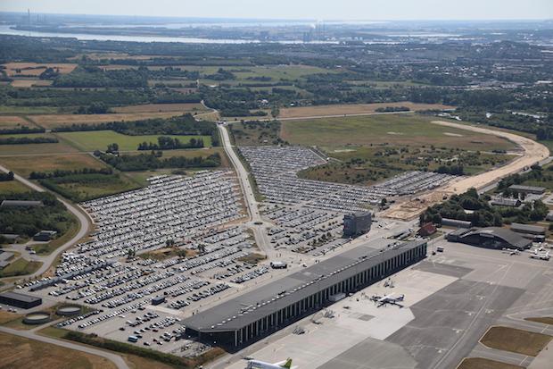 Som det ses til højre i billedet er anlægsarbejdet til jernbaneforbindelsen til Aalborg Lufthavn i fuld gang. (Foto: Aalborg Lufthavn)