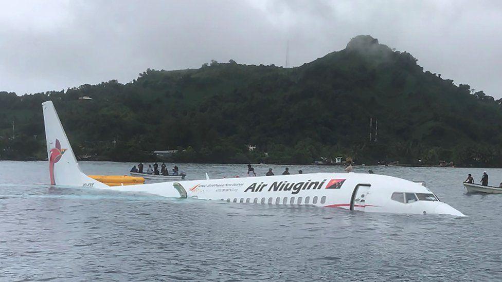 Boeing 737-800-flyet fra Air Niugini forulykkede i vandet i forbindelse med en landing. Foto: Twitter