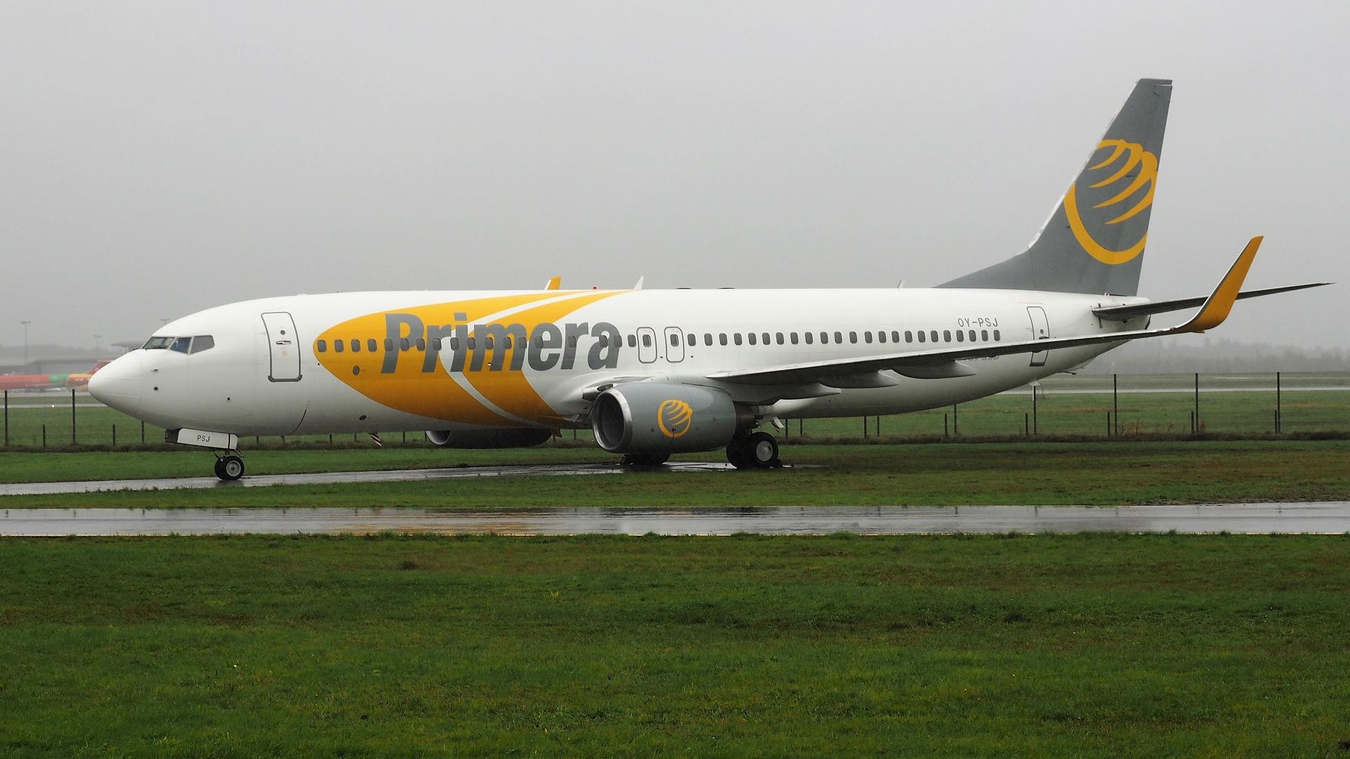 Primera Air´s Boeing 737-800 (OY-PSJ) parkeret i Billund Lufthavn. (Foto: Erik Gjørup Kristensen / SAI Collection)