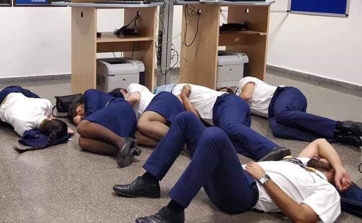 Ryanair-besætning sover i crewrum i Málaga Airport. (Foto: Jim Atkinson/Twitter)