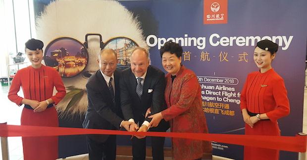 Fra ruteåbningen i CPH. Ved siden af Thomas Woldbye i midten ses Kinas ambassadør i Danmark, Deng Ying (til højre) og Sichuan Airlines vice general manager Lee Guan.