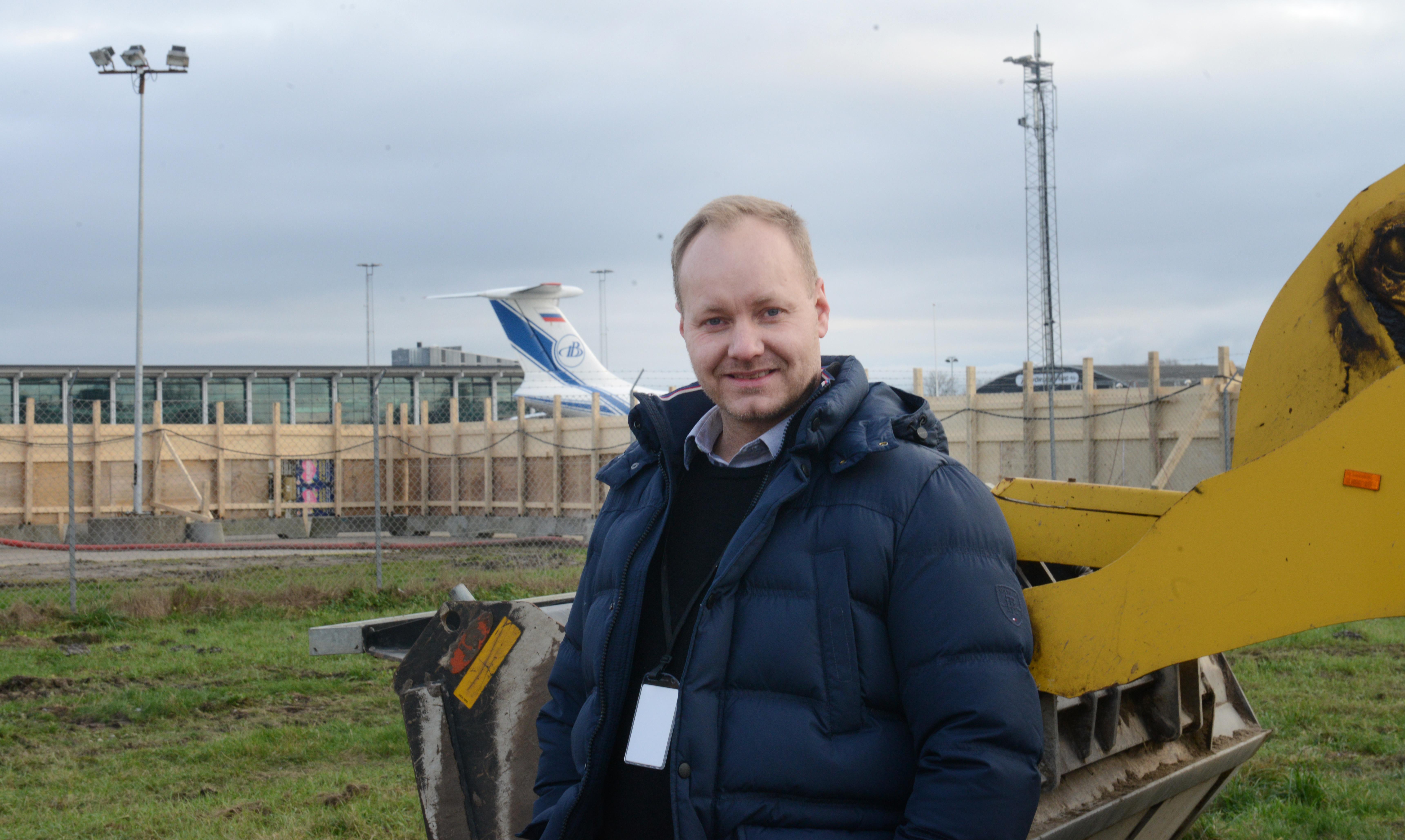Stationschef for GMT i Aalborg Lufthavn, Magnus Omarsson, ved byggepladsen for den kommende hangar i Aalborg Lufthavn (Foto: Joakim J. Hvistendahl)