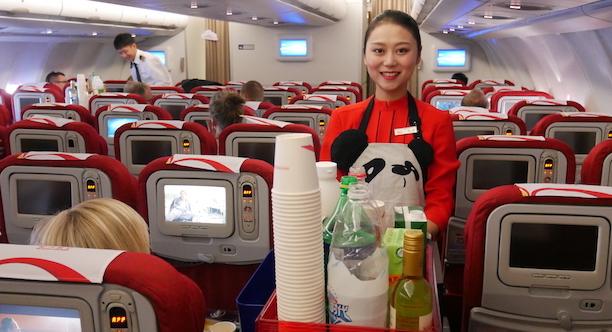 Kabinepersonalet hos Sichuan Airlines er smilende og servicemindede. Foto: Jan Aagaard