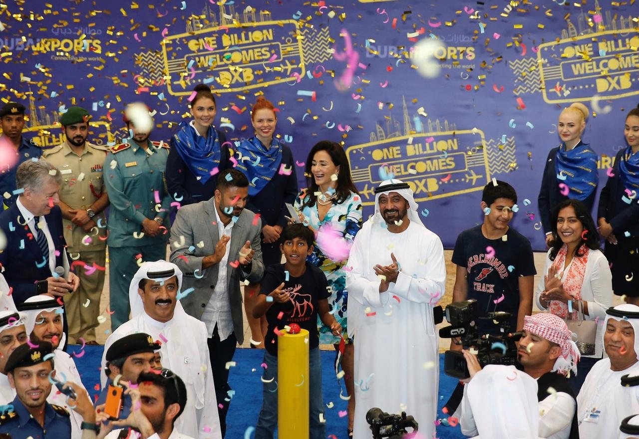 HH Sheikh Ahmed bin Saeed Al Maktoum, formand for Dubai Airports, tog torsdag imod passager nummer en milliard i Dubai International Airport, den niårige Arjun fra Florida. Foto: Dubai Airports