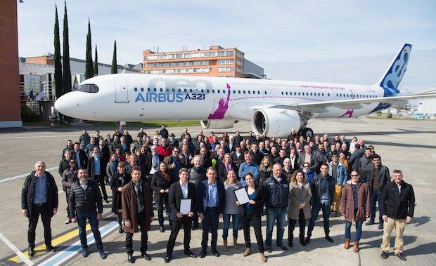Airbus-medarbejdere foran den nye A321LR, som for nyligt er kommet på markedet.